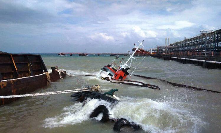 Gelombang Tinggi Tenggelamkan Tugboat di Kabil