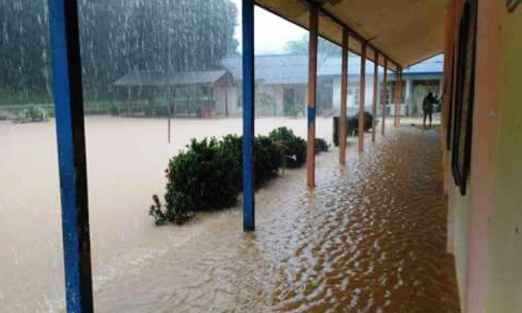 WARTAKEPRI, Hujan deras di SDN 003 Anambas